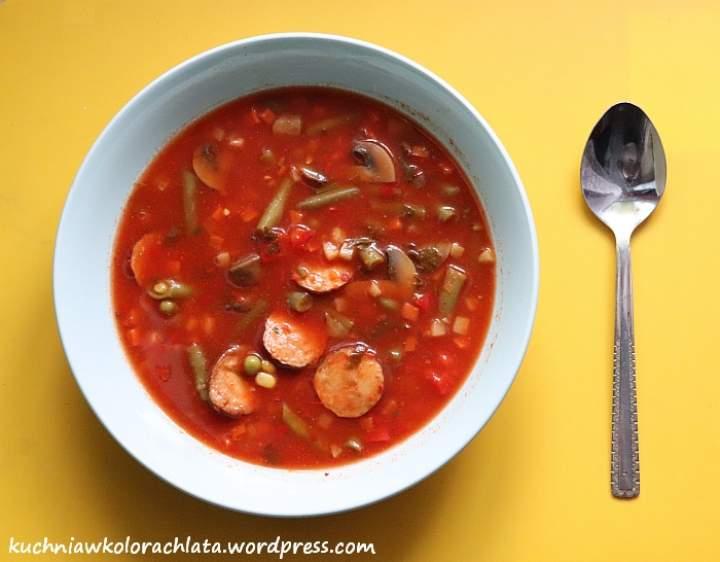 Pomidorowa zupa z warzywami i kiełbasą