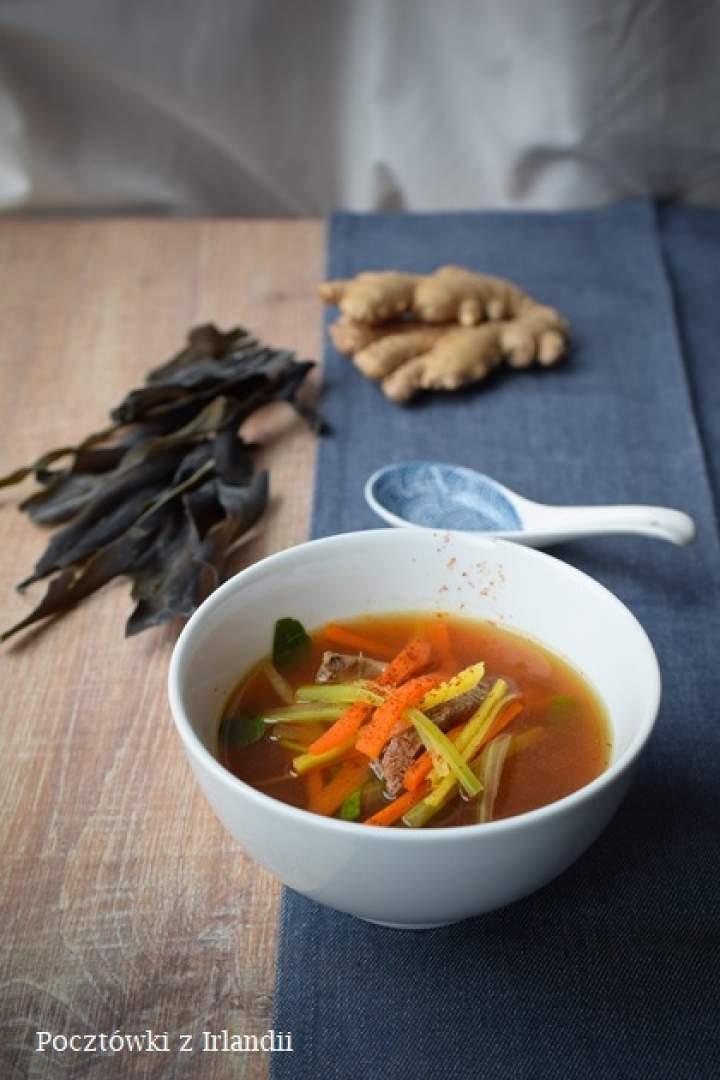 Japońska zupa z wołowiną i warzywami julienne