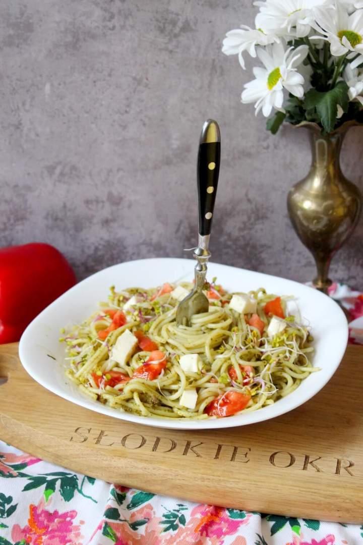 Spaghetti z zielonym pesto, serem i pomidorami