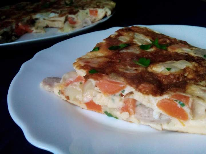 Omlet z białą kiełbaską, marchewką i serem