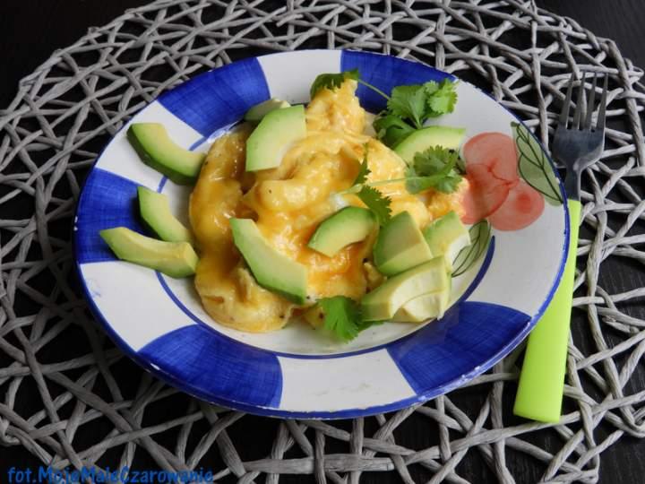 Puszysta jajecznica z awokado i kolendrą
