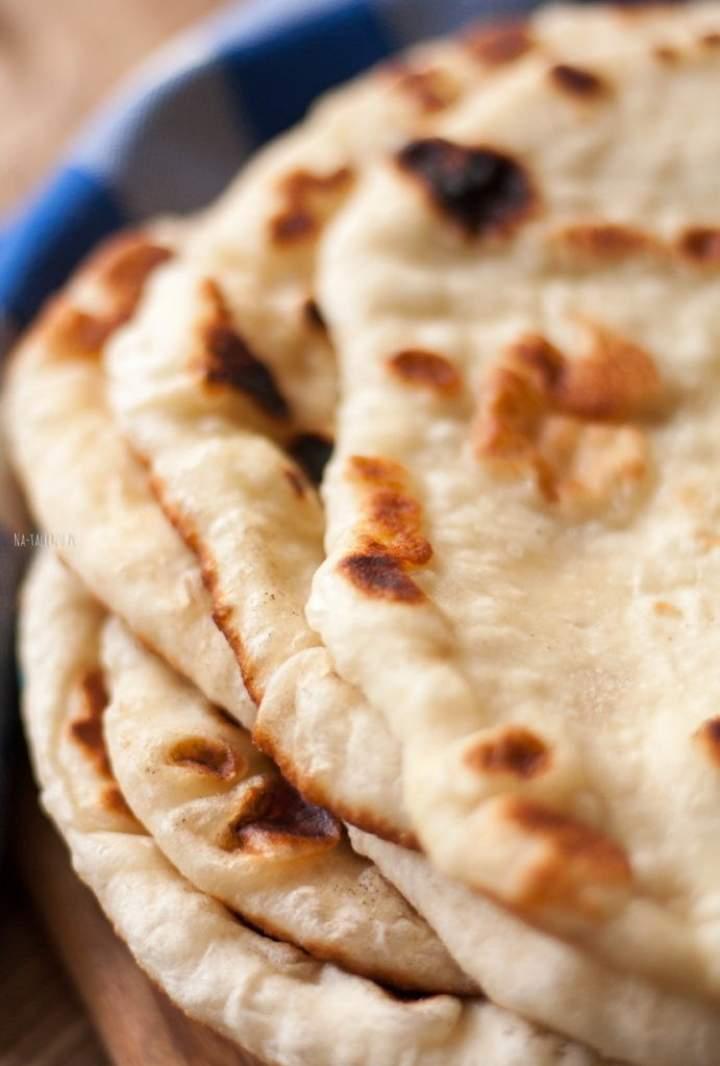 Chlebek naan – przepis na indyjskie pieczywo z patelni