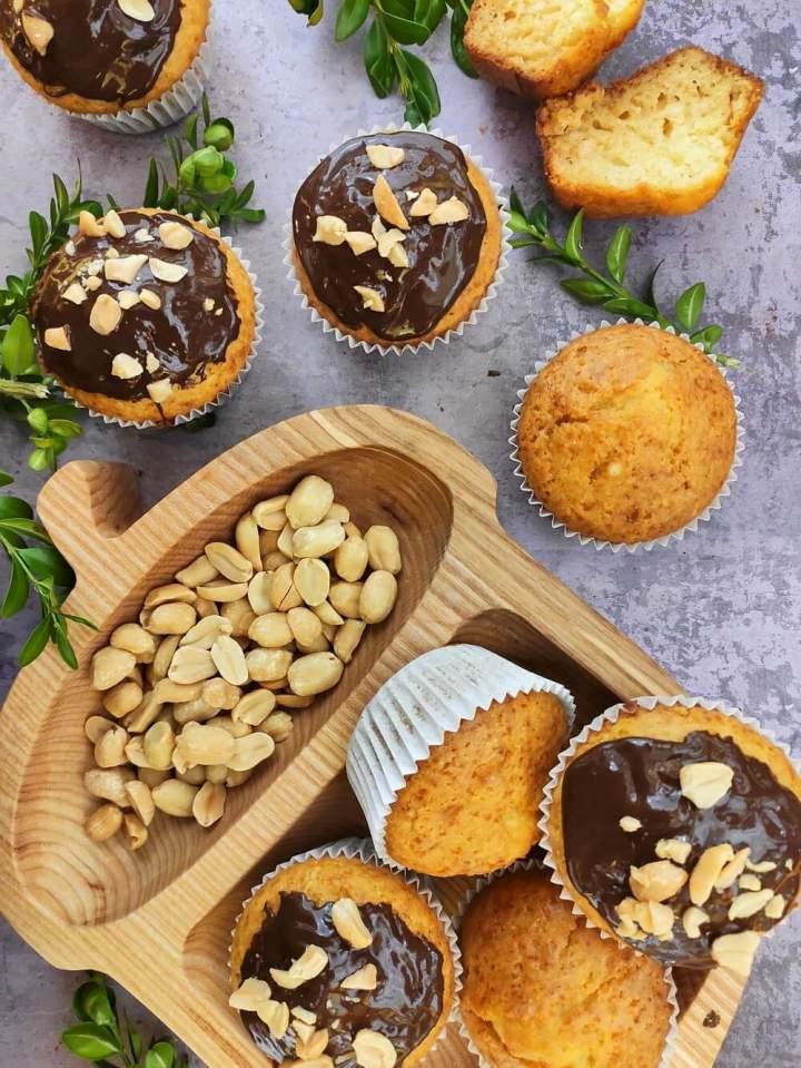 Babeczki z polewą czekoladową i orzechami