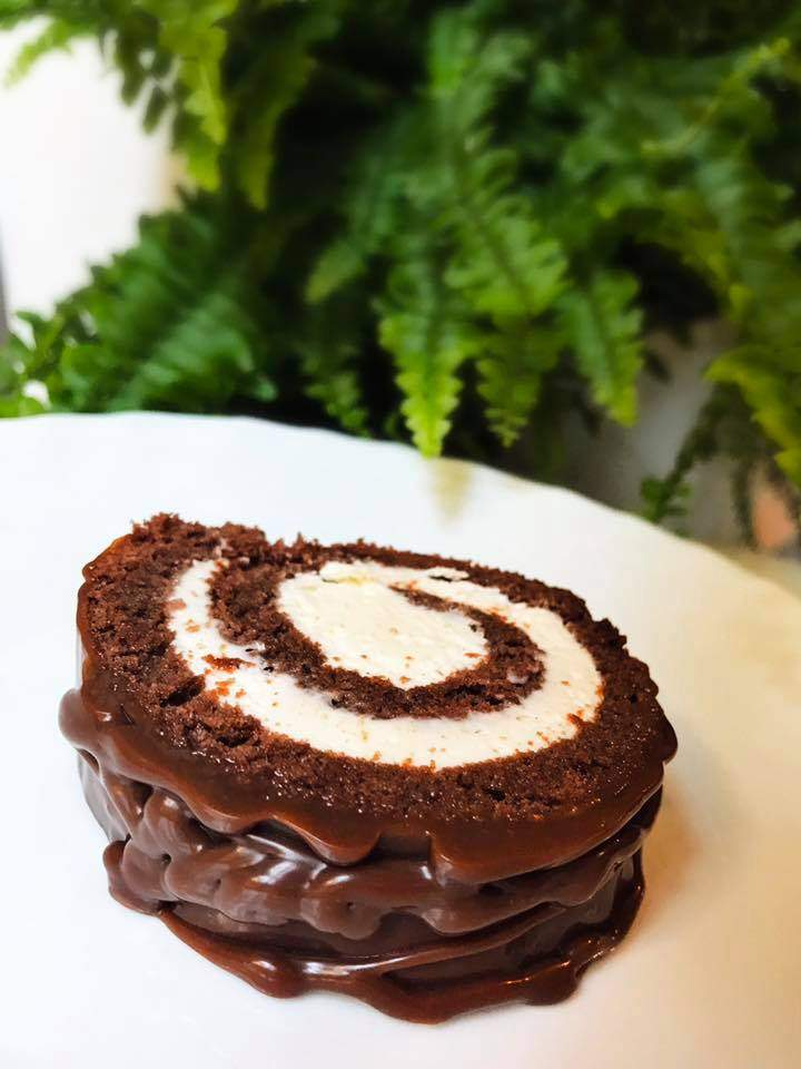 Kakaowa rolada z waniliowym kremem