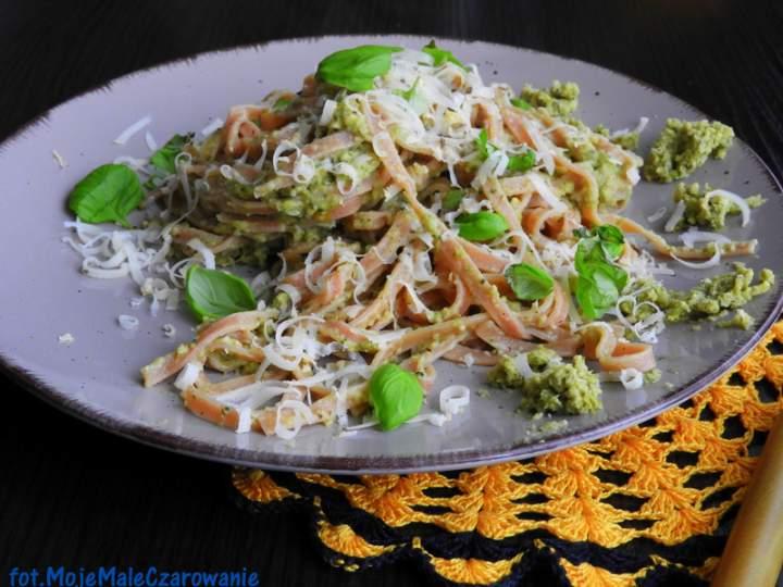 Botwinkowy makaron z pastą brokułowo – orzechową