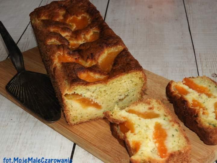 Cukiniowe ciasto z morelami
