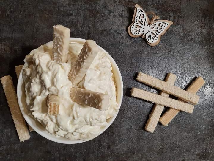 Kokosowy krem z wafelkami i białą czekoladą do tortów, ciast i deserów