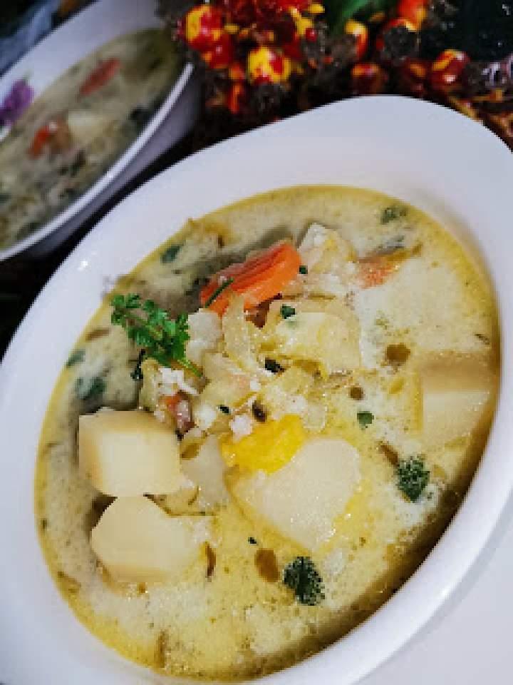 Zupa ogórkowa z ziemniakami i kaszą jęczmienną