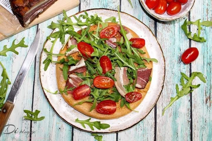 Omlet bez mąki z rukolą, boczkiem dojrzewającym i pomidorkami