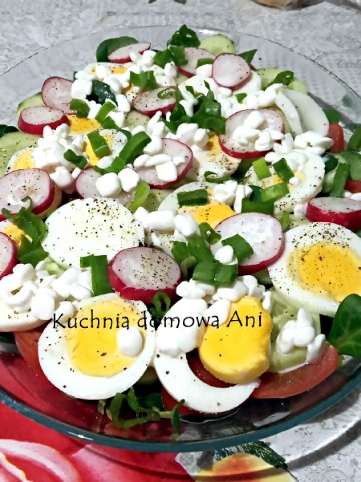 Wiosenna sałatka z jajkiem i serkiem wiejskim