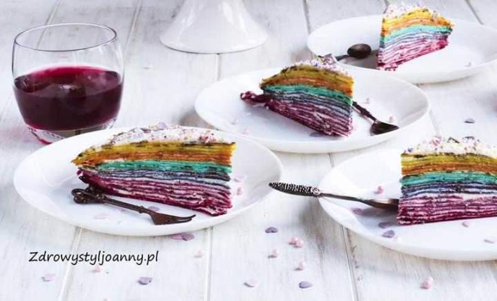Tęczowy tort naleśnikowy.