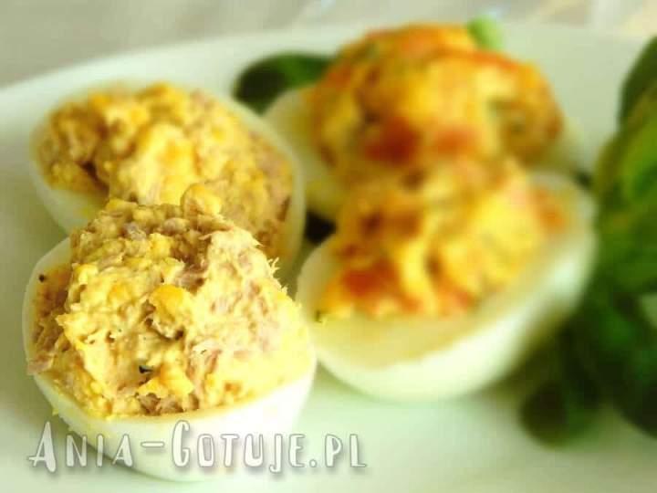 Jajka faszerowane z tuńczykiem z puszki i ogórkiem kiszonym
