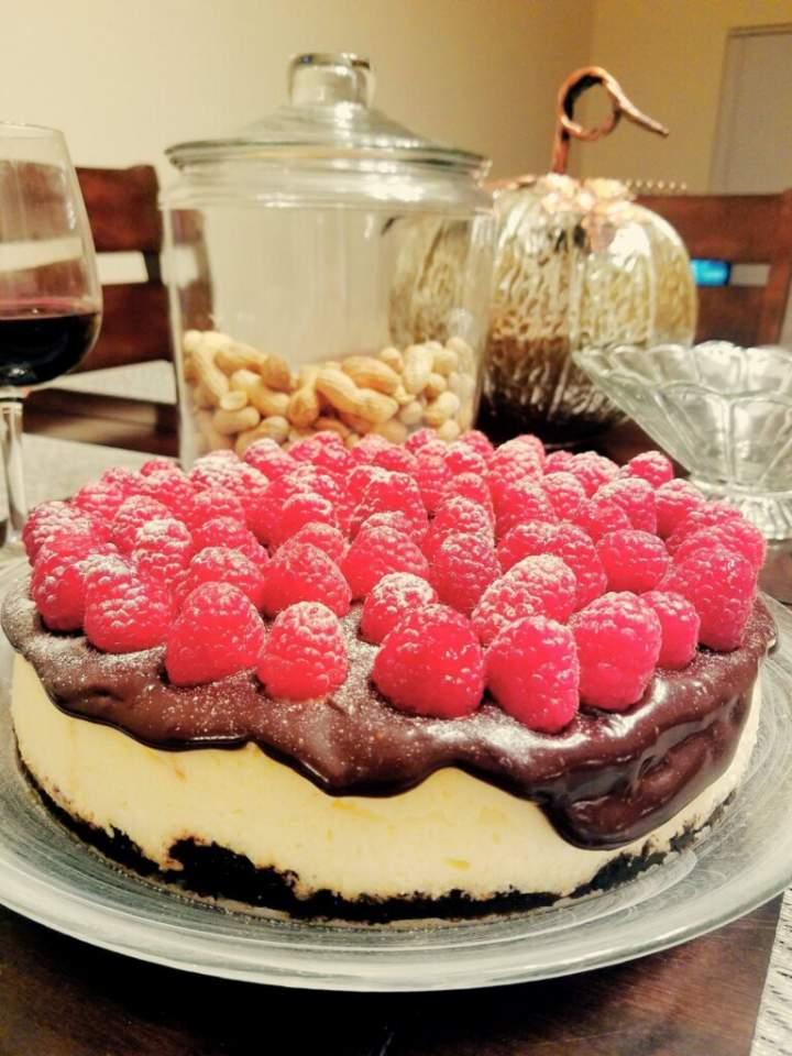 Sernik na spodzie z Oreo, z czekoladowym ganache oraz malinami