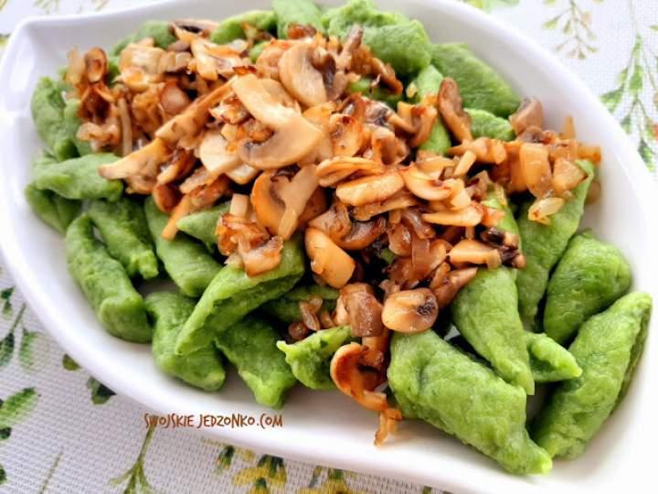 Zielone kluski ze szpinakiem ,serem i pieczarkami