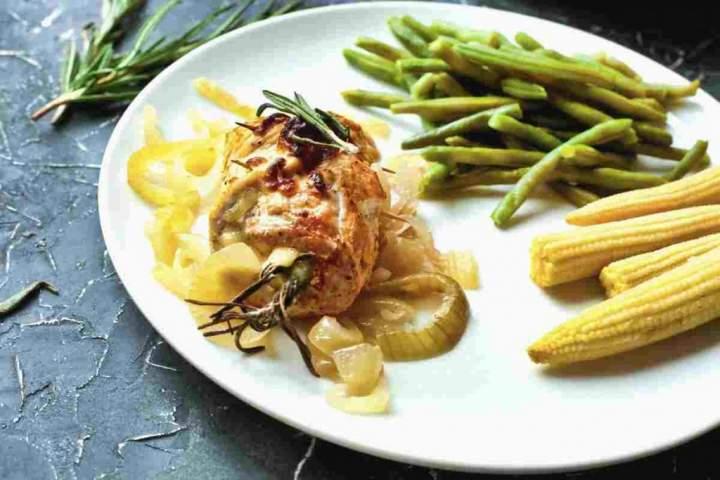 Roladki z kurczaka z rozmarynem i cebulą.