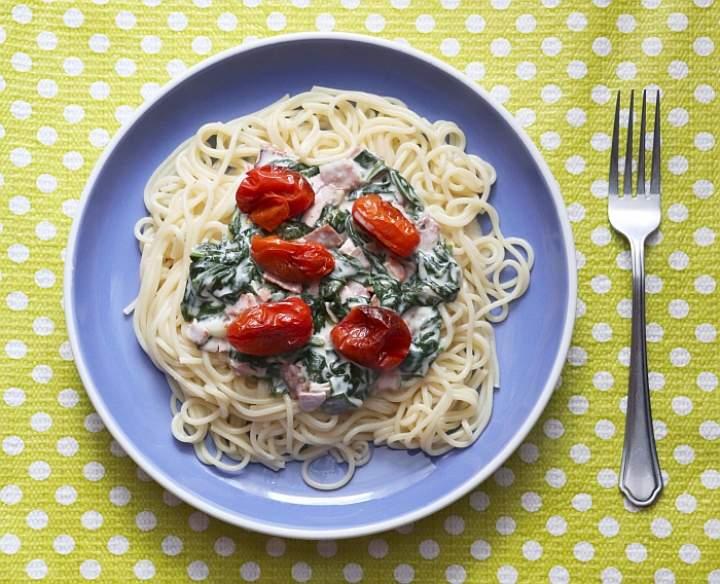 Spaghetti ze szpinakiem, wędliną i pieczonymi pomidorkami
