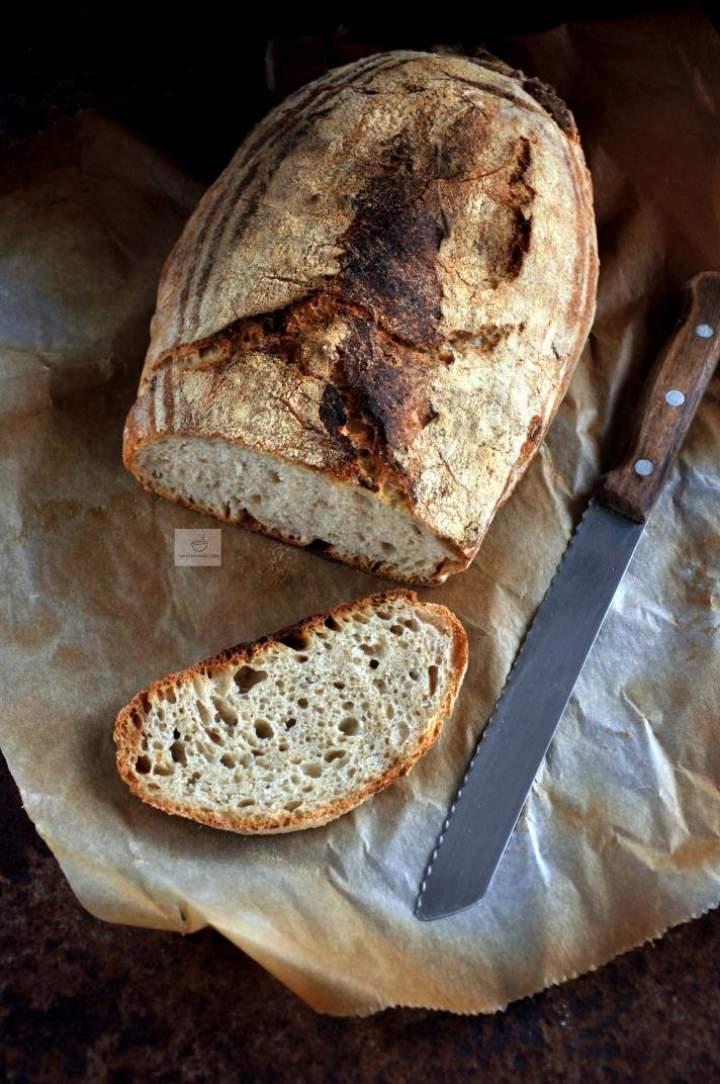 Chleb orkiszowy na zakwasie z karmelizowaną cebulą