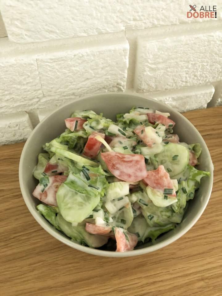 Mizeria z pomidorem – przepis na pyszną sałatkę do obiadu