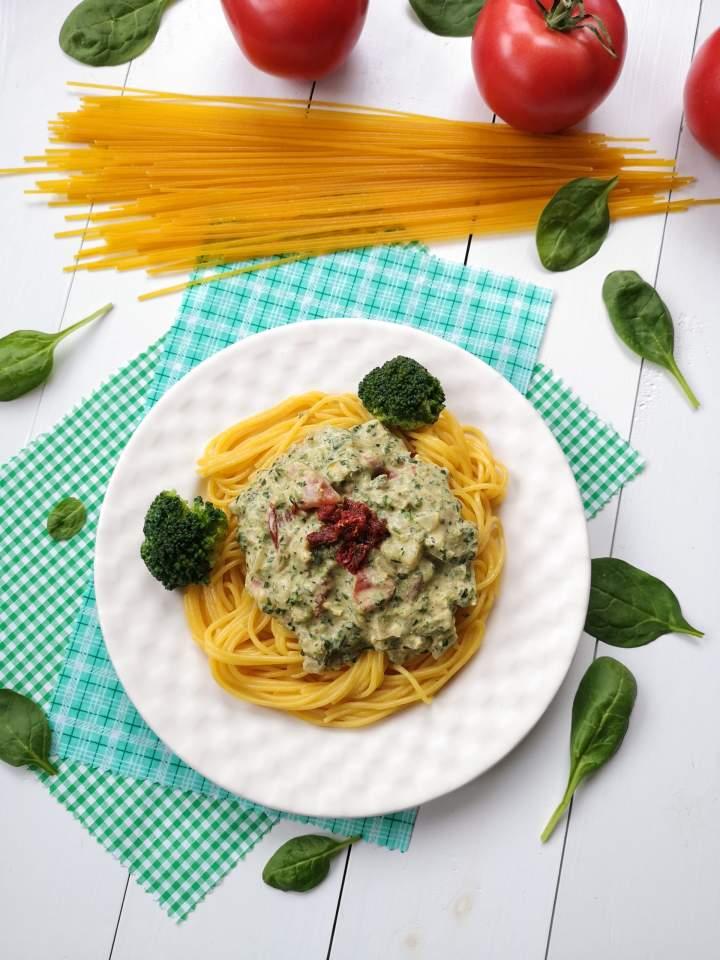 Kremowy sos z łodygą brokułu