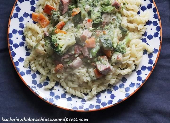 Makaron z sosem ziołowym, warzywami i boczkiem