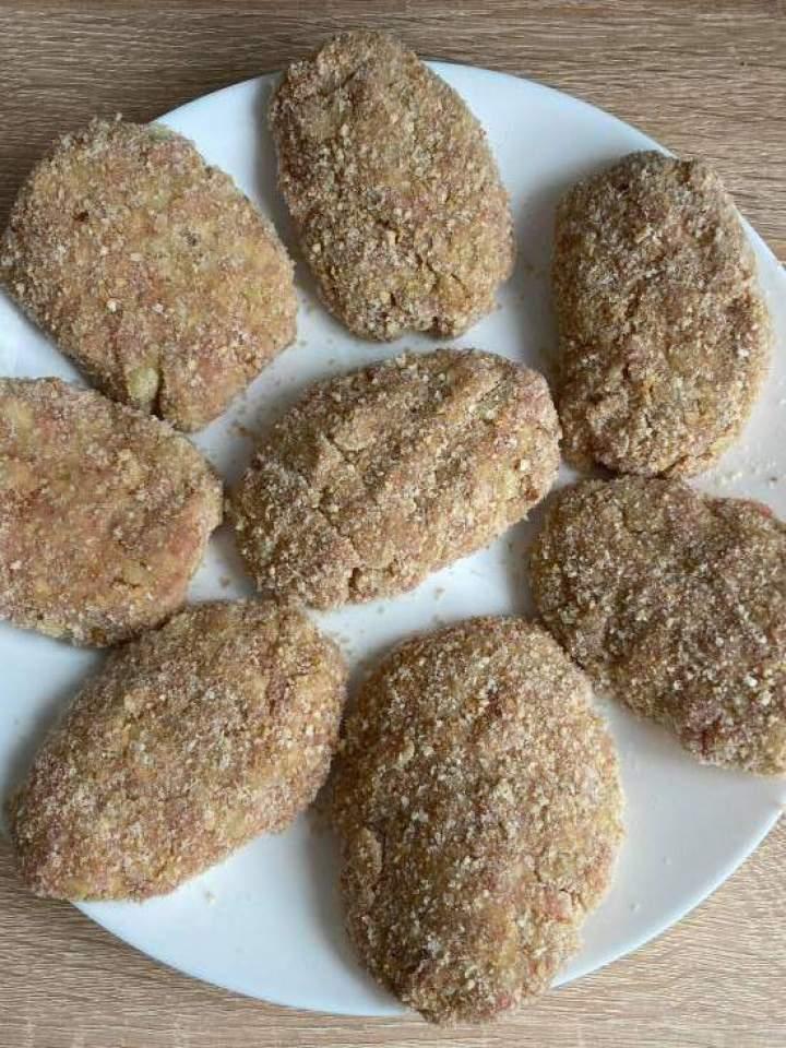 Zapiekane kotlety mielone pod pierzynką porowo-serową