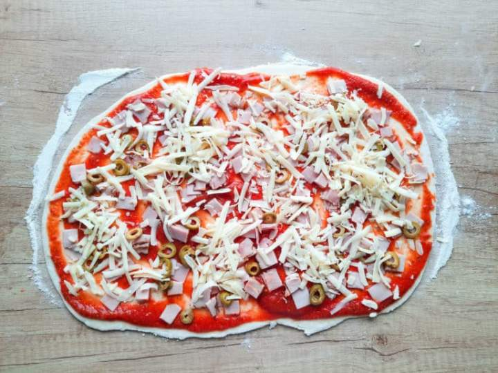 Zakręcone pizzerinki z szynką, serem i oliwkami