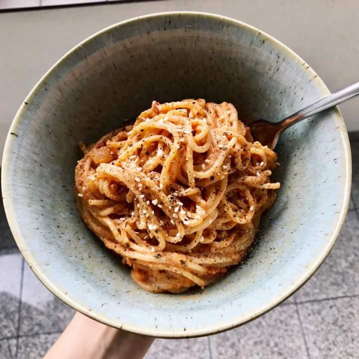 Spaghetti z sosem pomidorowo-orzechowym