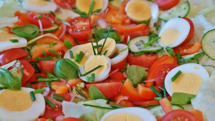 Lekka sałatka z jajkiem z diety redukującej zbędne KG