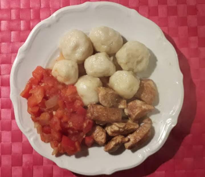 Ziemniaczane kulki z sosem paprykowym