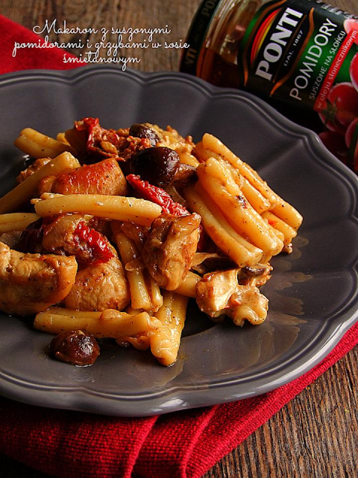makaron kurczakiem, grzybami i suszonymi pomidorami