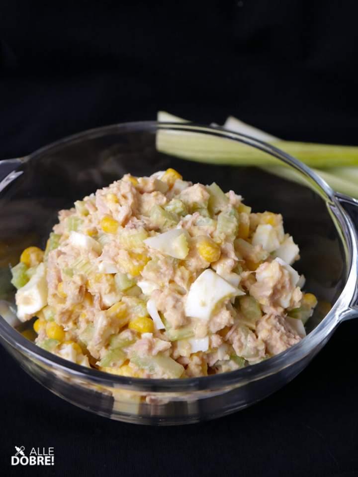 Sałatka z tuńczykiem i selerem naciowym