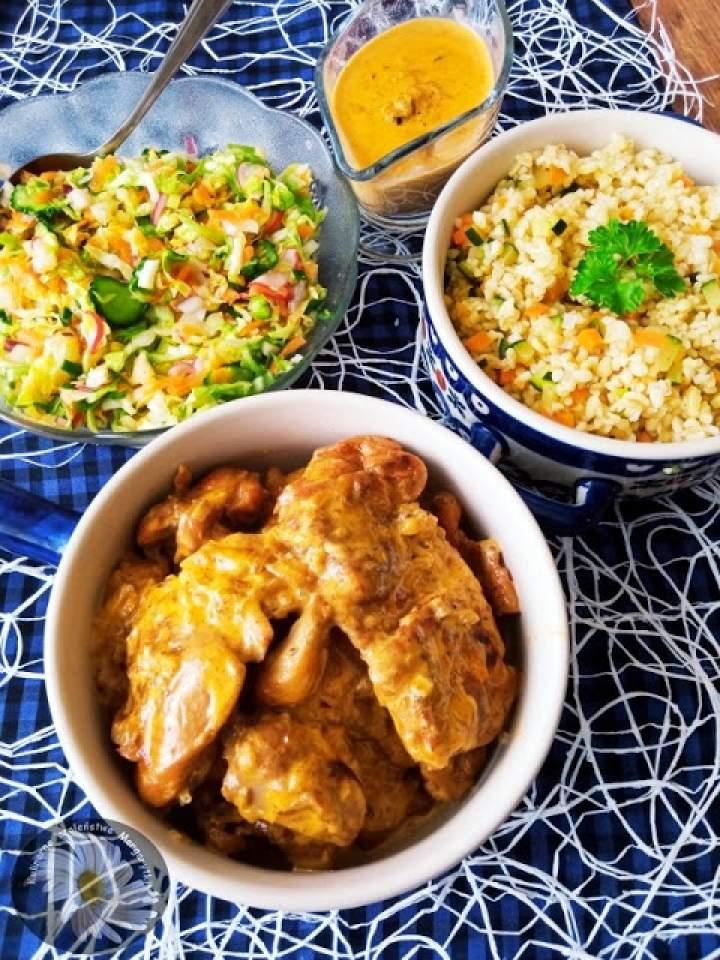 Udka z kurczaka bez skóry i kości w sosie cebulowo – śmietanowym i kasza z warzywami