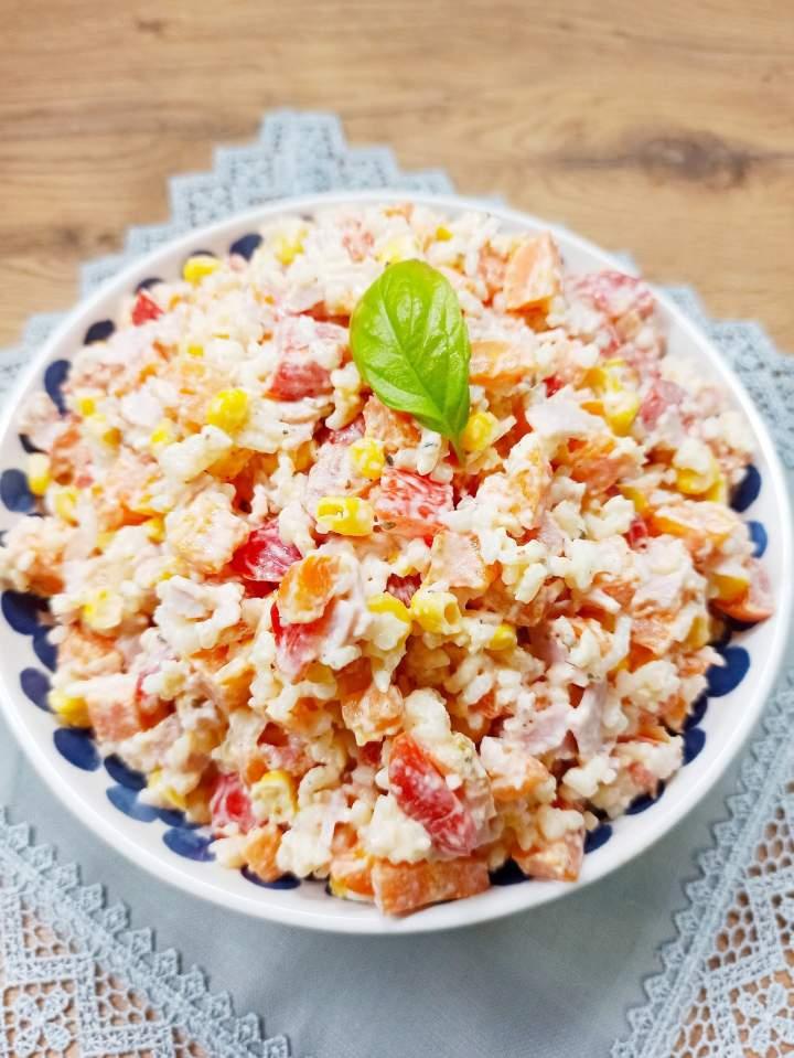 Sałatka ryżowa z szynką, marchewką i papryką