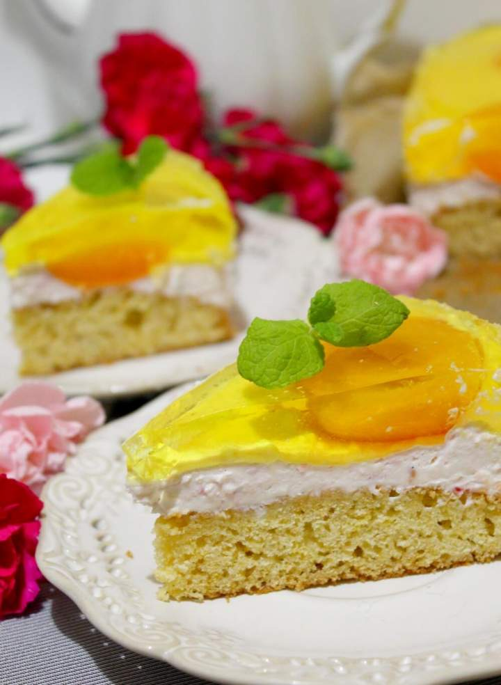 Ciasto z kremem twarogowo-malinowym, morelami i galaretką