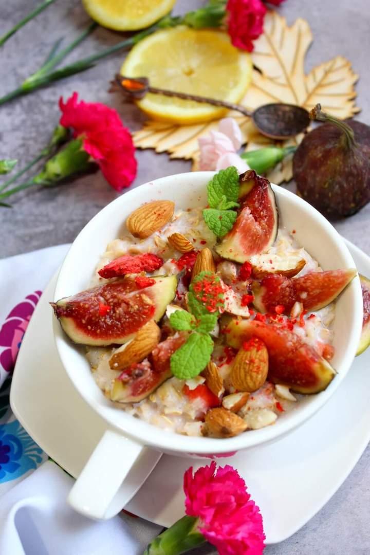 Kremowa owsianka z figą, migdałami i liofilizowaną truskawką