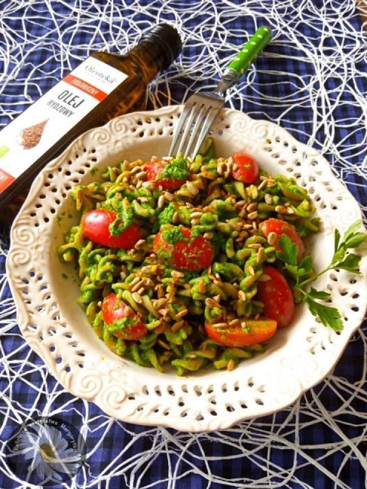 Pesto z liści rzodkiewki. Makaron z czerwonej soczewicy z pesto z liści rzodkiewki