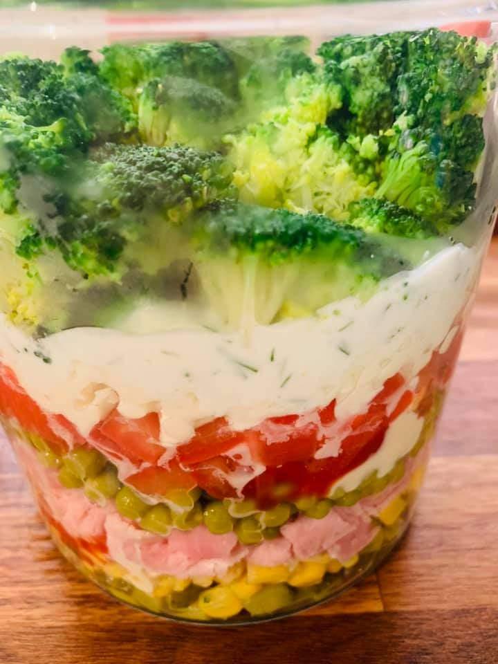Sałatka z brokułem i szynką