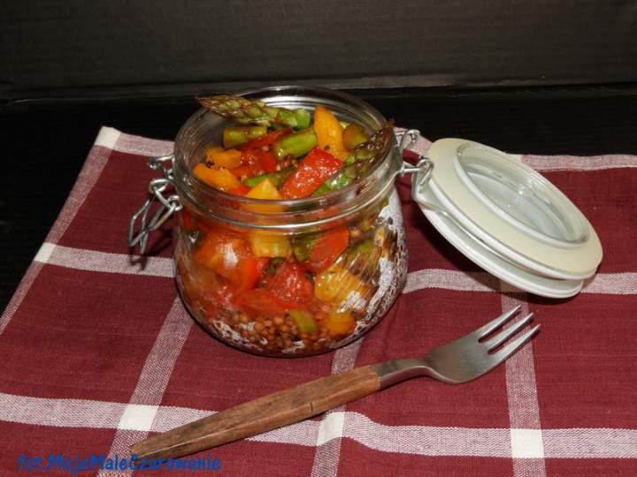 Czerwone sorgo z warzywami