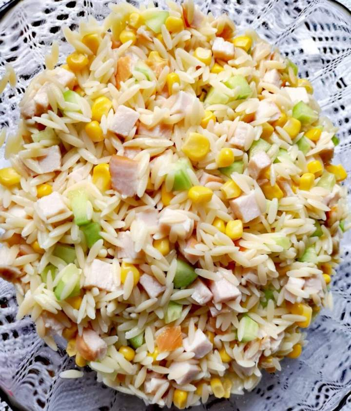 Sałatka z makaronem ryżowym orzo