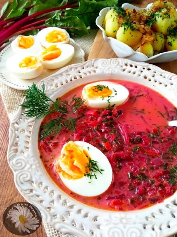 Botwinka w wersji wegetariańskiej, podana z jajkiem i ziemniakami z cebulą