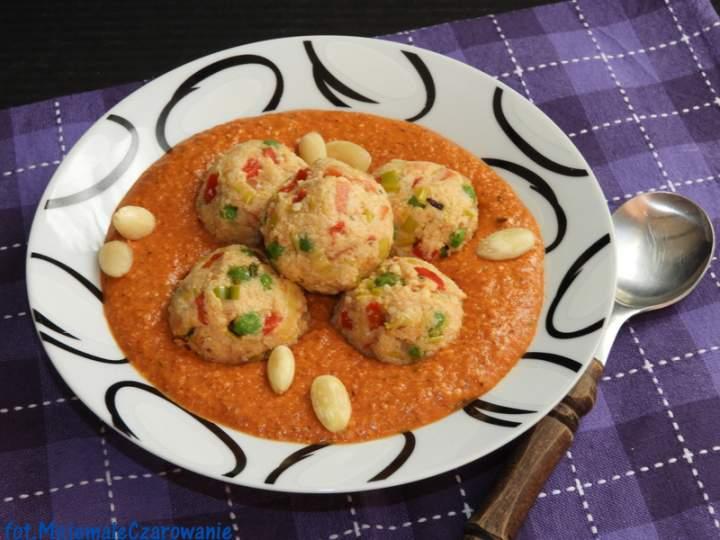 Klopsiki z kaszy jaglanej i pora w sosie pomidorowym
