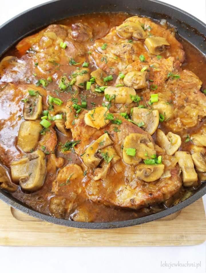 Karkówka w sosie własnym z cebulą i pieczarkami