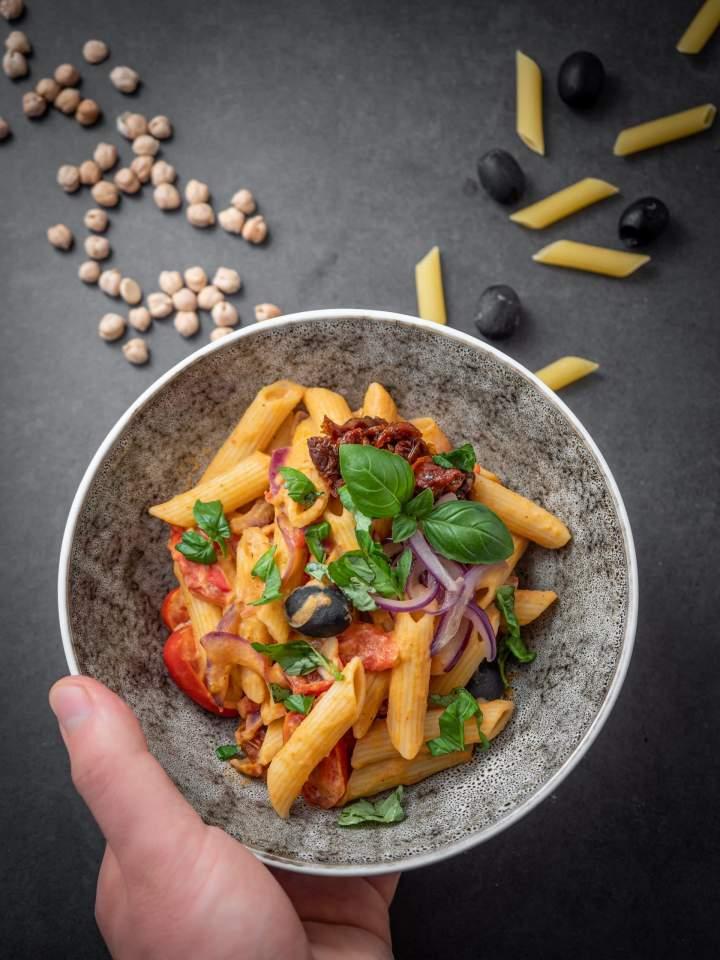 Makaron z hummusem i pomidorkami koktajlowymi