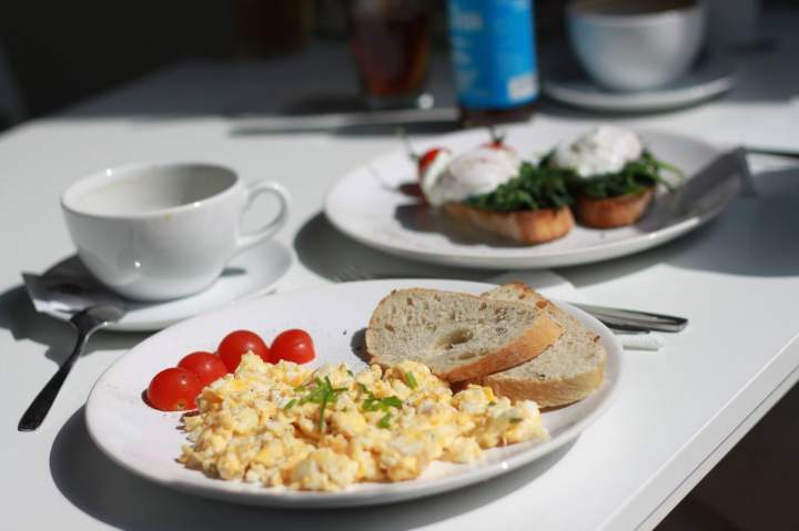 Jajecznica z diety z mozzarellą, pomidorami i oliwkami