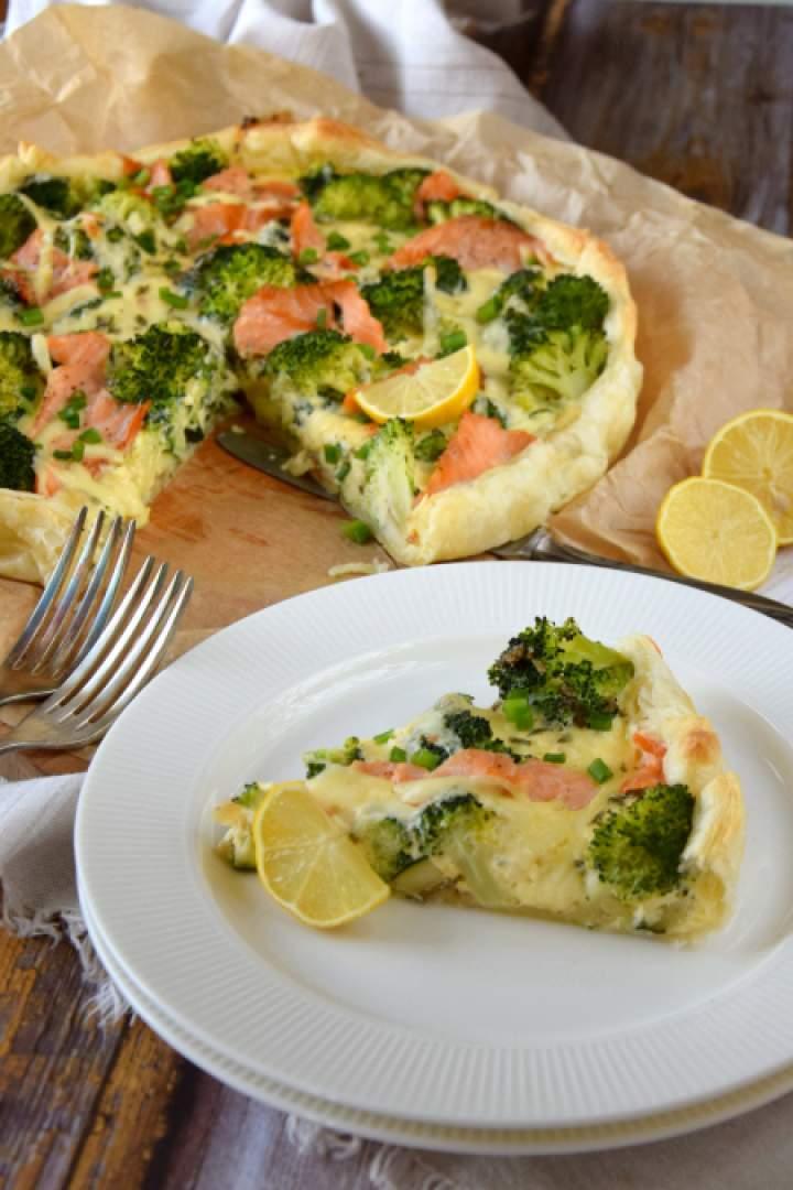 Tarta z brokułem i wędzonym łososiem