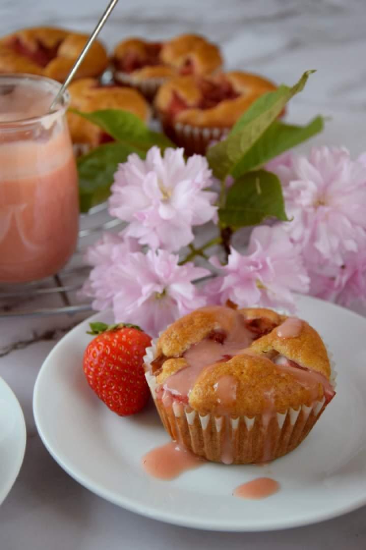 Muffinki z karmelizowanym rabarbarem i różowym lukrem
