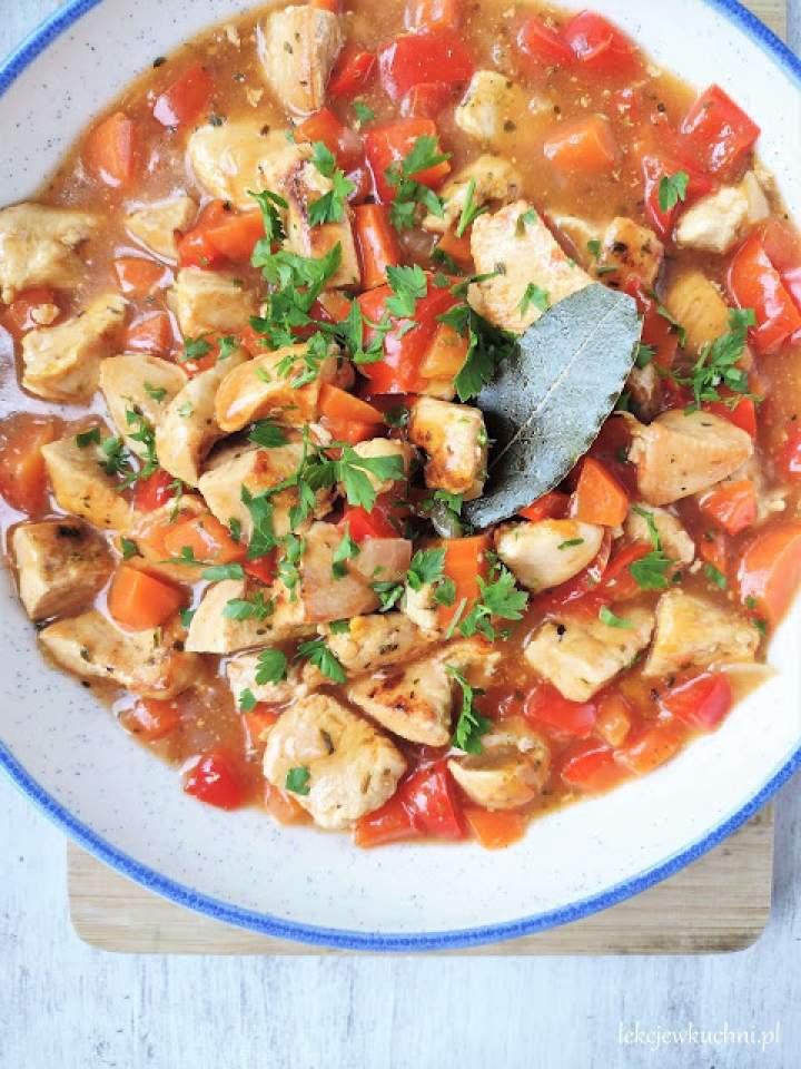 Gulasz z kurczaka z papryką i marchewką