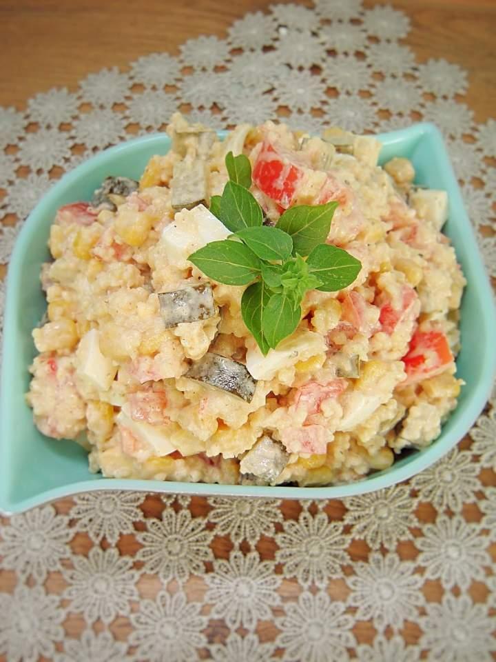 Sałatka z kaszą kuskus, jajkiem i warzywami