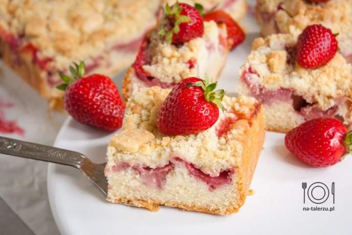 Ciasto z truskawkami i kruszonką – proste i pyszne