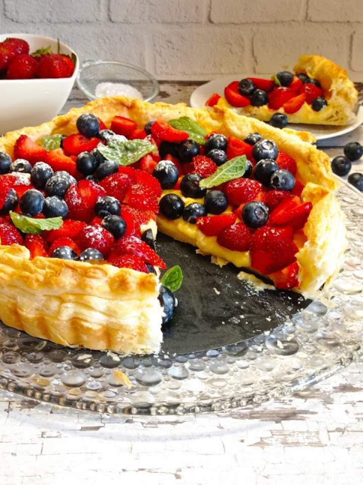 Tarta z ciasta francuskiego z budyniem i owocami